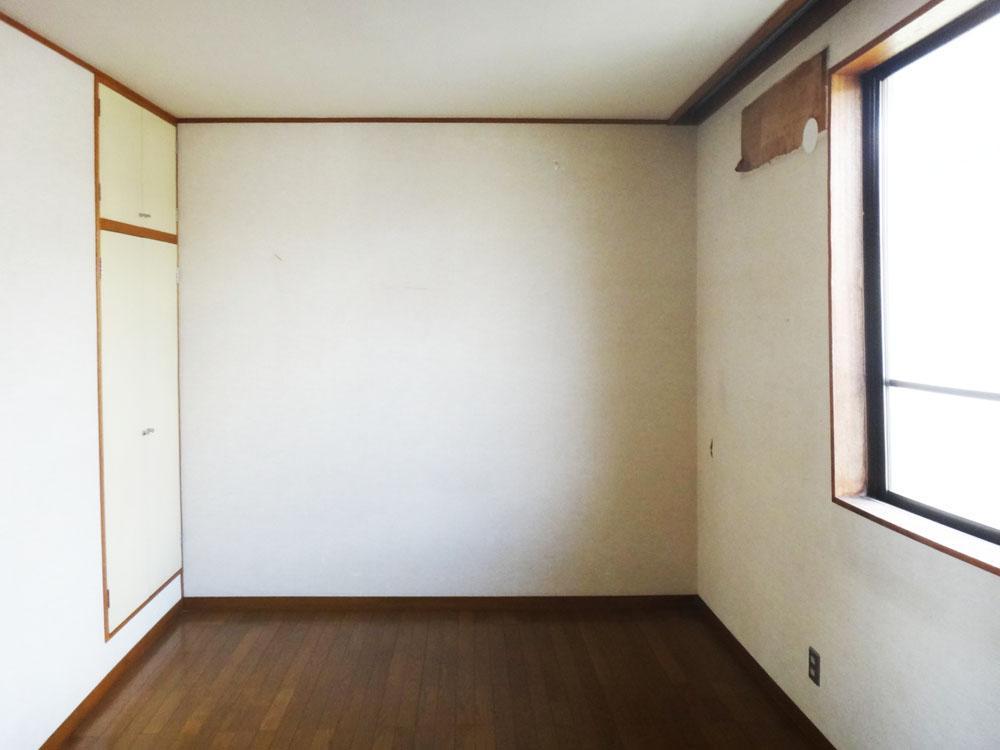2階、階段脇の約6.5帖の洋室。