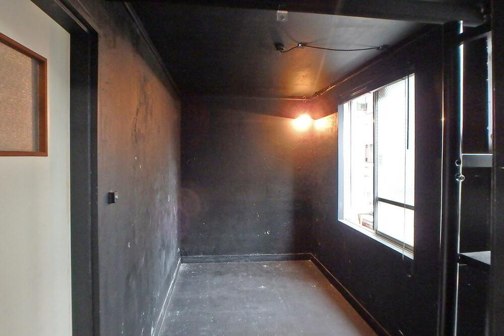 5階。なぜか真っ黒い空間です