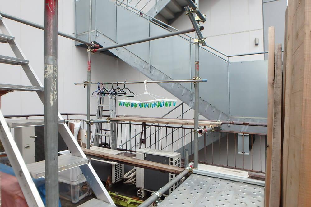 単管が組まれた共用の屋上スペース