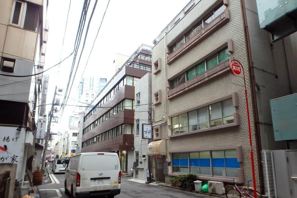 建物外観、右側のビルです