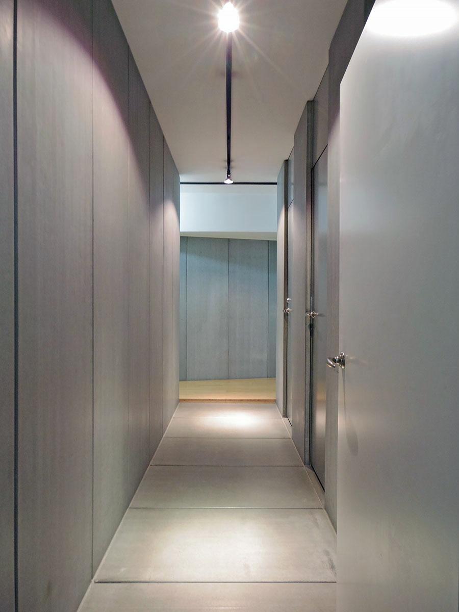 玄関を入るとギャラリーのような、無機質な土間が現れます