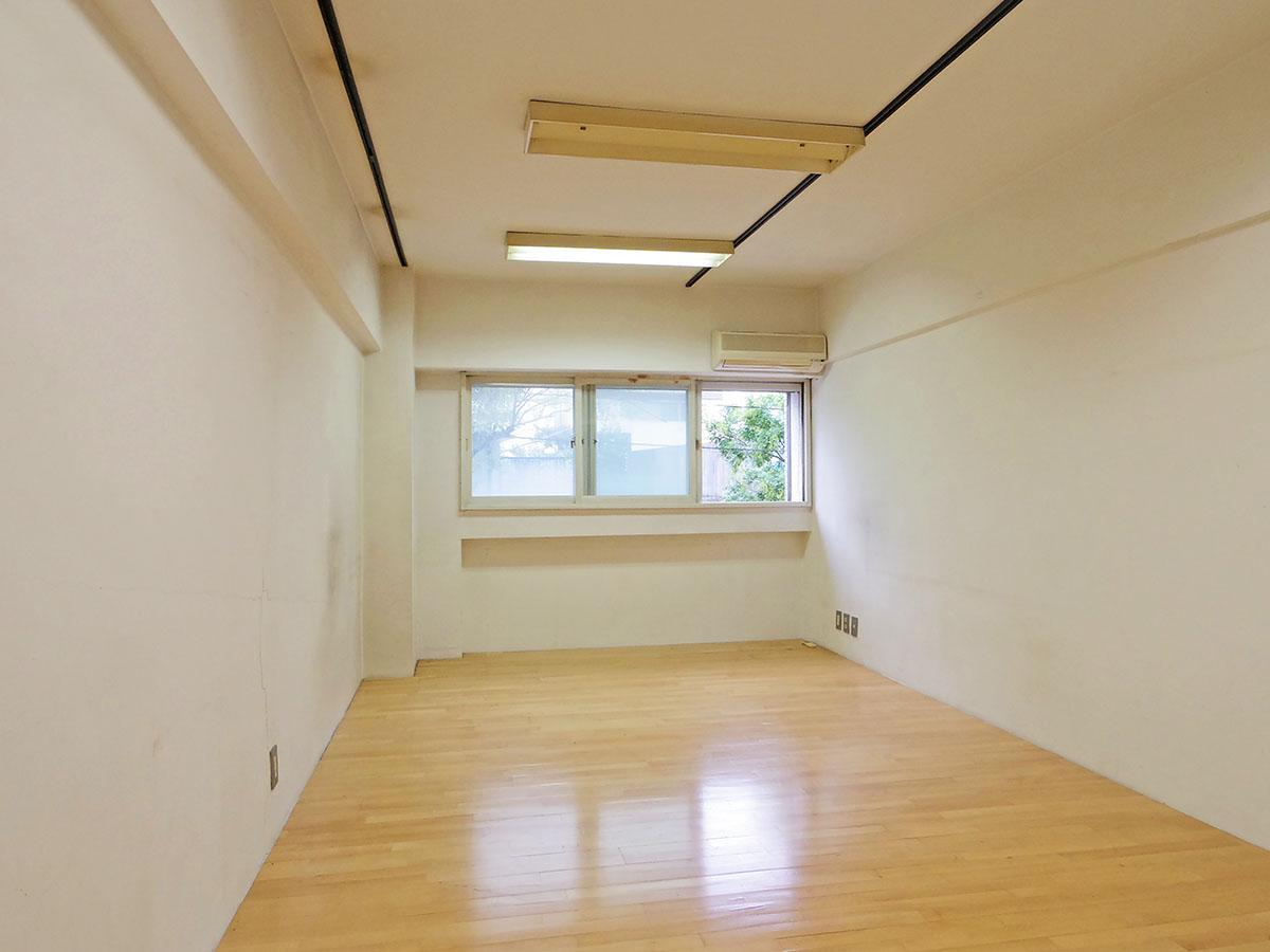 約11畳の洋室。ベッドを置いてもゆとりがあるくらいの広さ