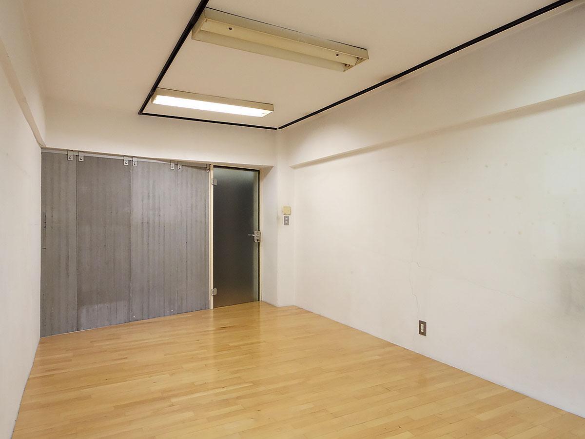 約11畳の洋室。ドアはガラス製