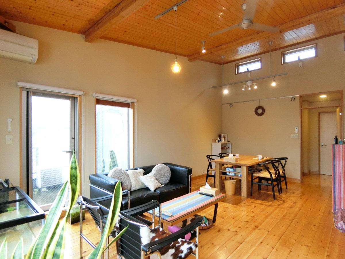 天井が高く、高い位置の窓へ風が抜けていくリビング