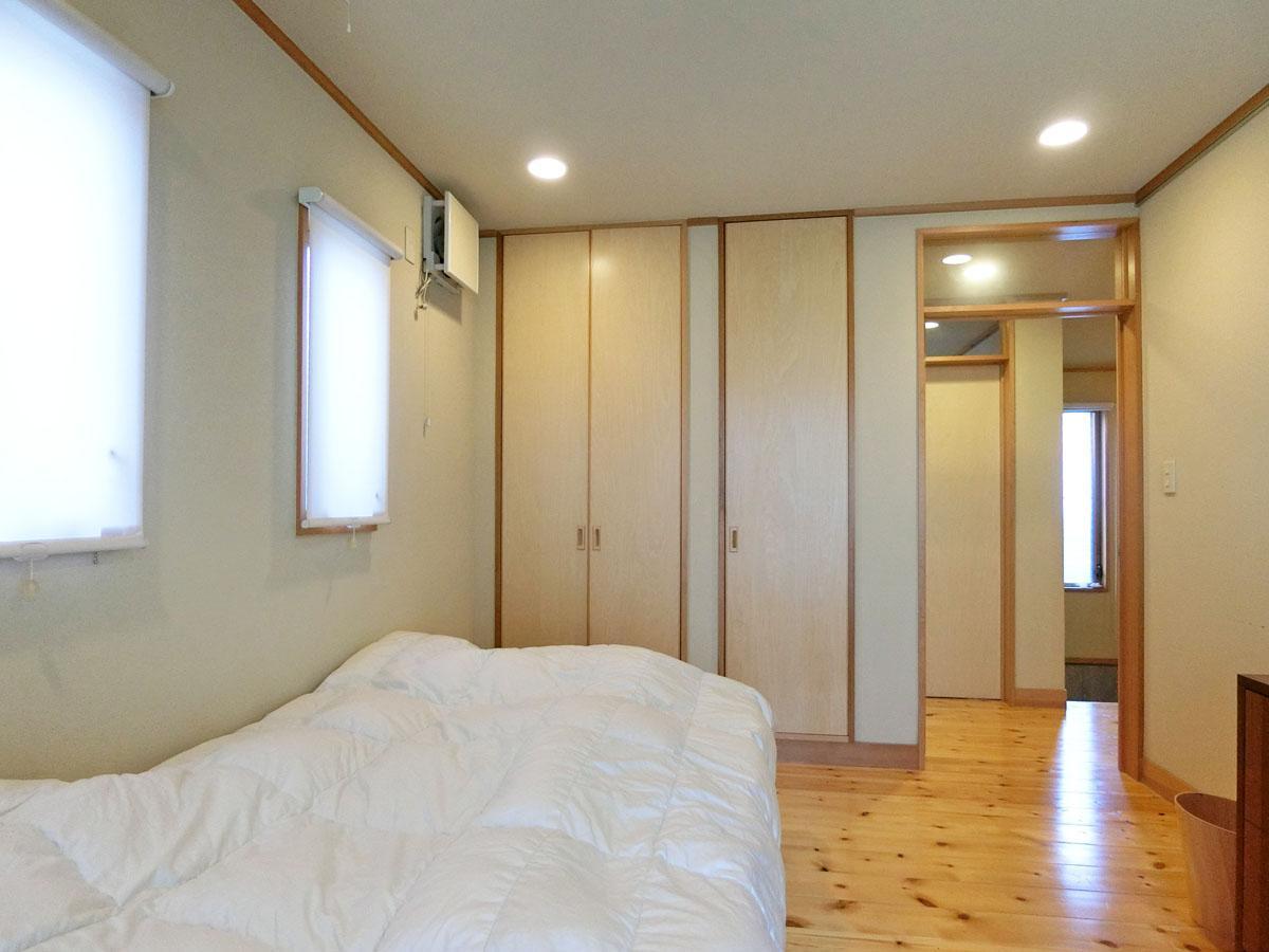寝室には押入れとハンガーパイプのついた収納あり