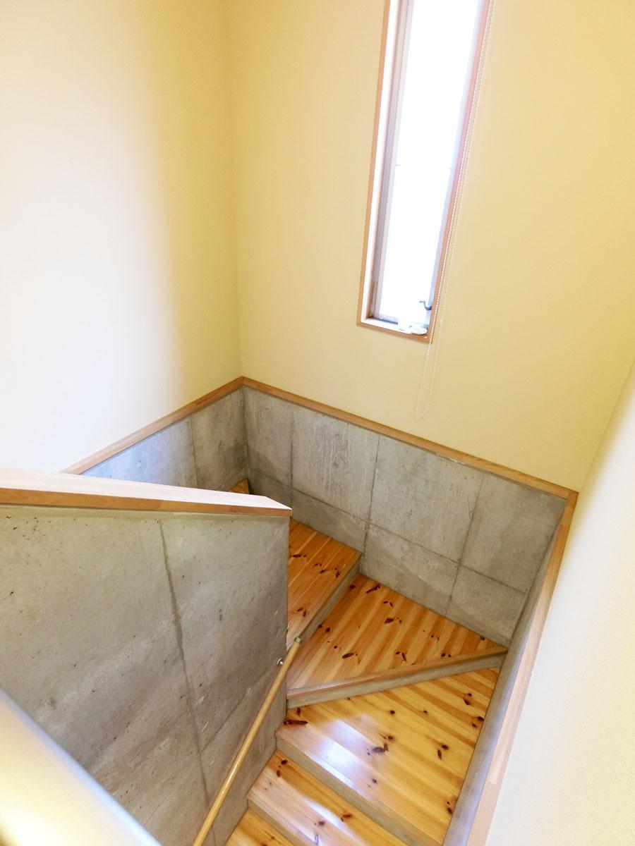 ゆったりとした幅の階段
