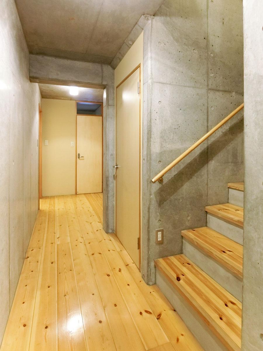 階段下の廊下。1階は鉄筋コンクリート造