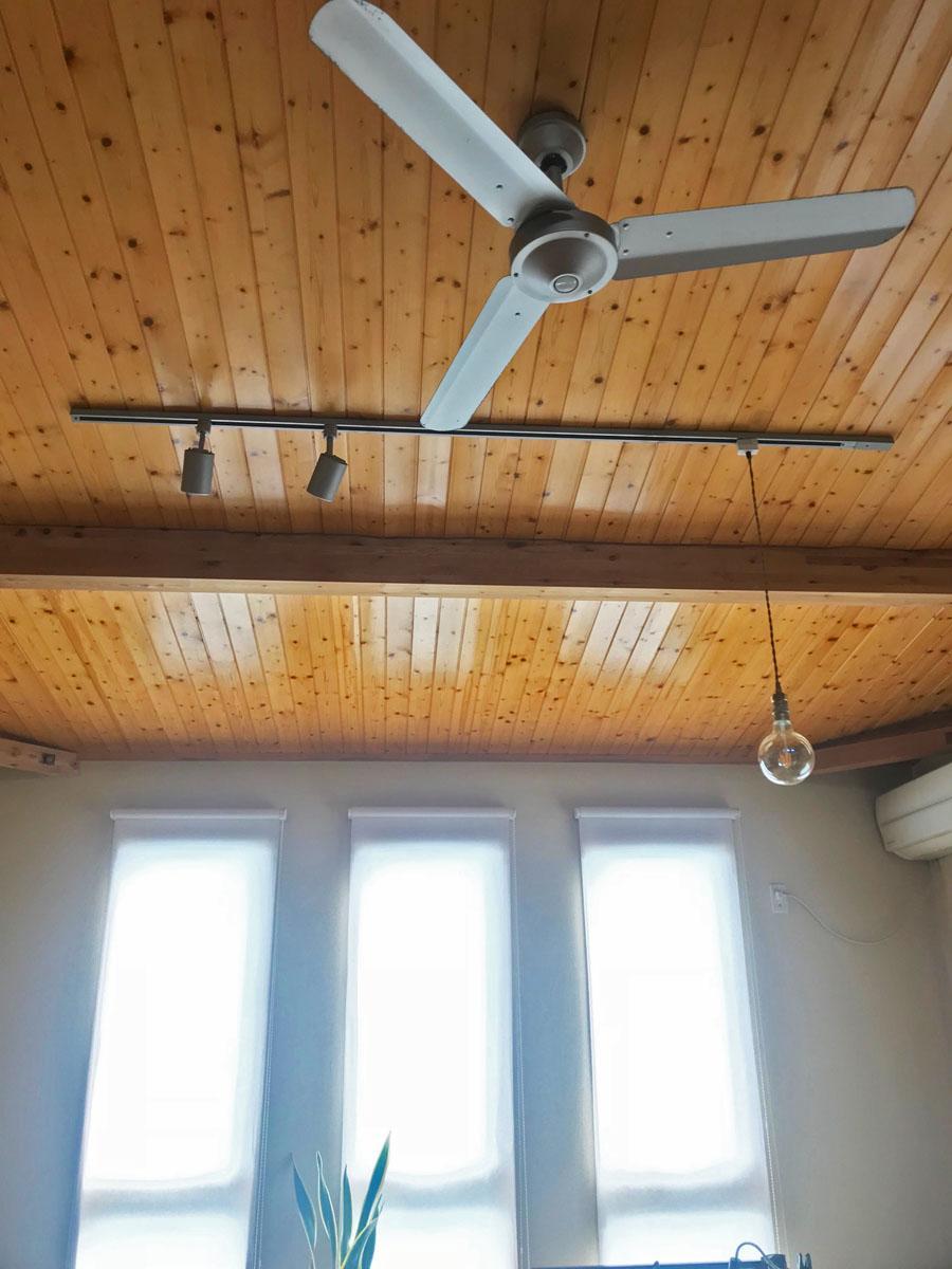 リビング天井にはファンと好きな照明を吊るせるライティングレール