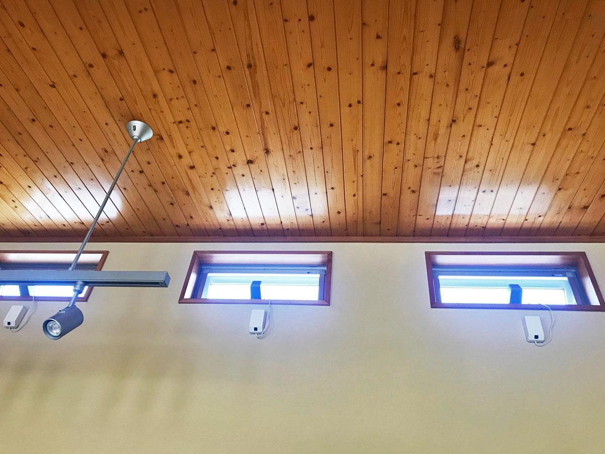 リビング天井の小窓は開閉でき、気持ちのいい風が入る
