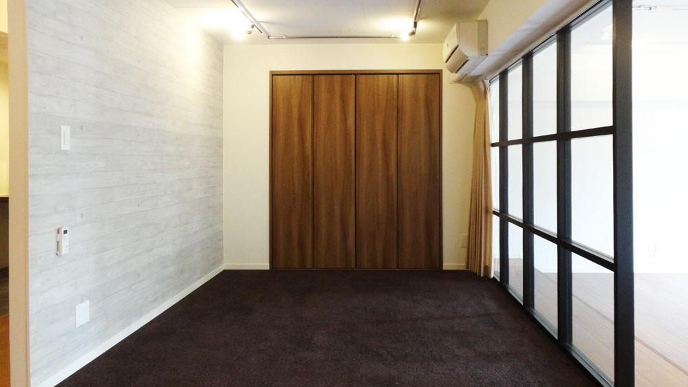 寝室はダーク系カラーのじゅうたんが敷かれています。