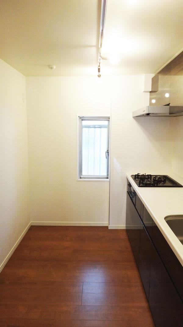 広々したキッチン。窓付きで換気ができるのはうれしいです。