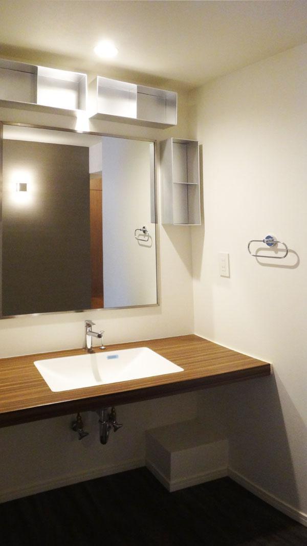 幅のある洗面カウンター。鏡も大きめです。