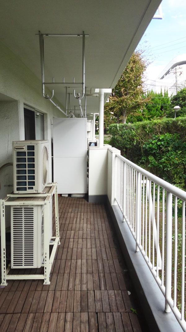 バルコニーはウッドデッキが敷かれています。1階ですが高い植栽で目隠しされています。