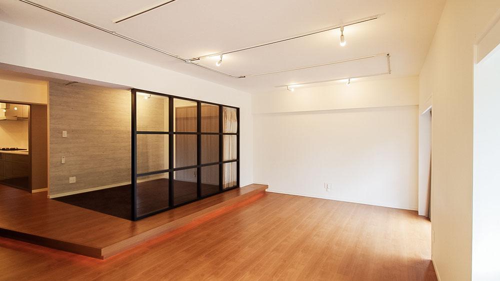 つながりつつ分けられている空間は段差やガラスの仕切りが良いバランスです。