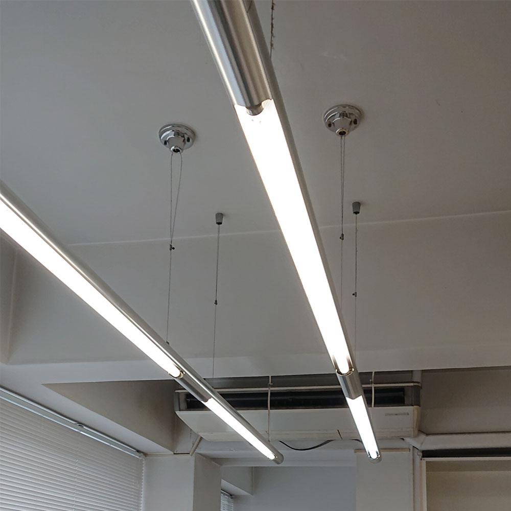 照明はライティングレールよりさらに広範囲を照らせる、こちらの照明がついています
