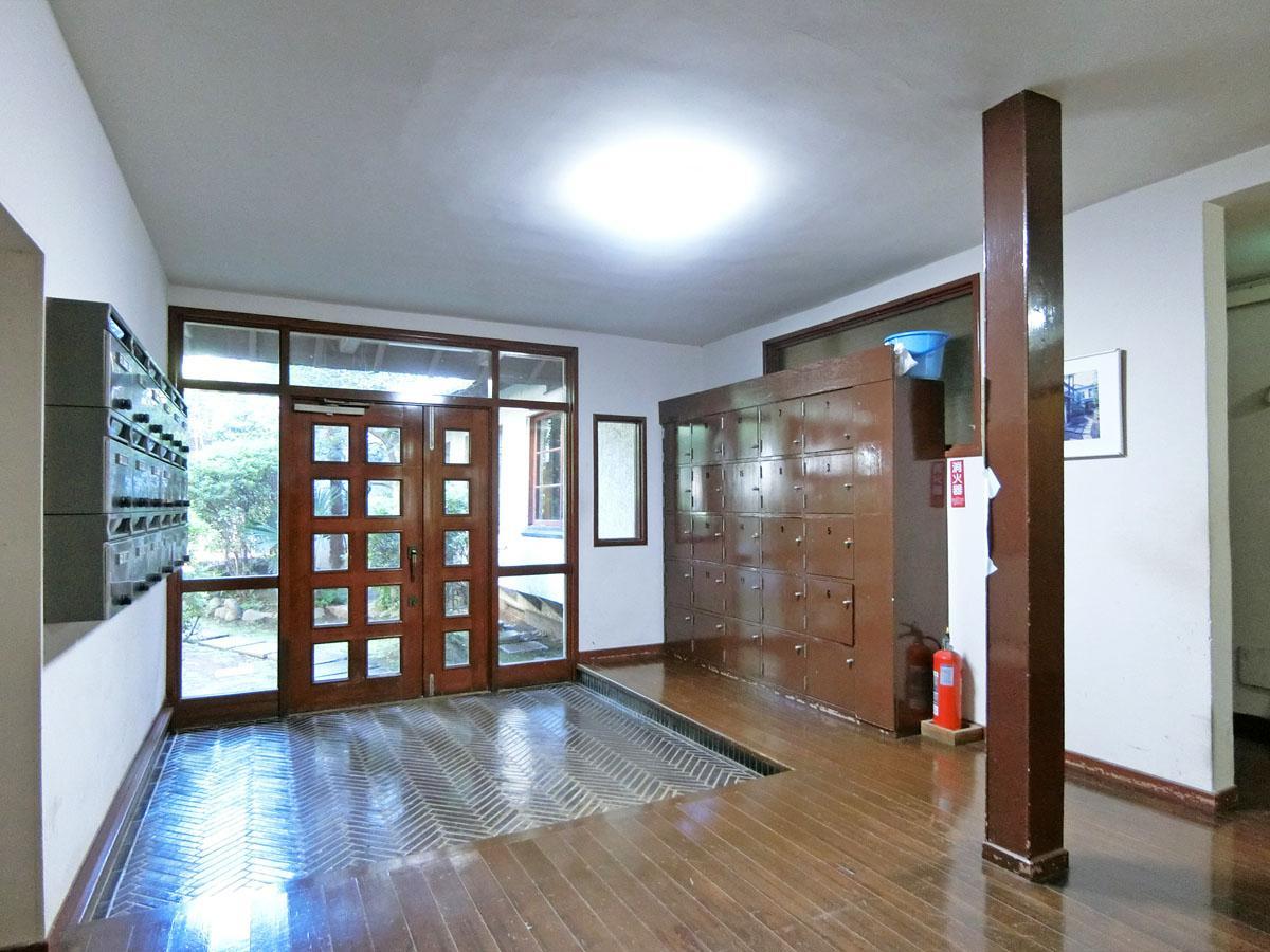 玄関も懐かしい学校や下宿のような雰囲気が残る