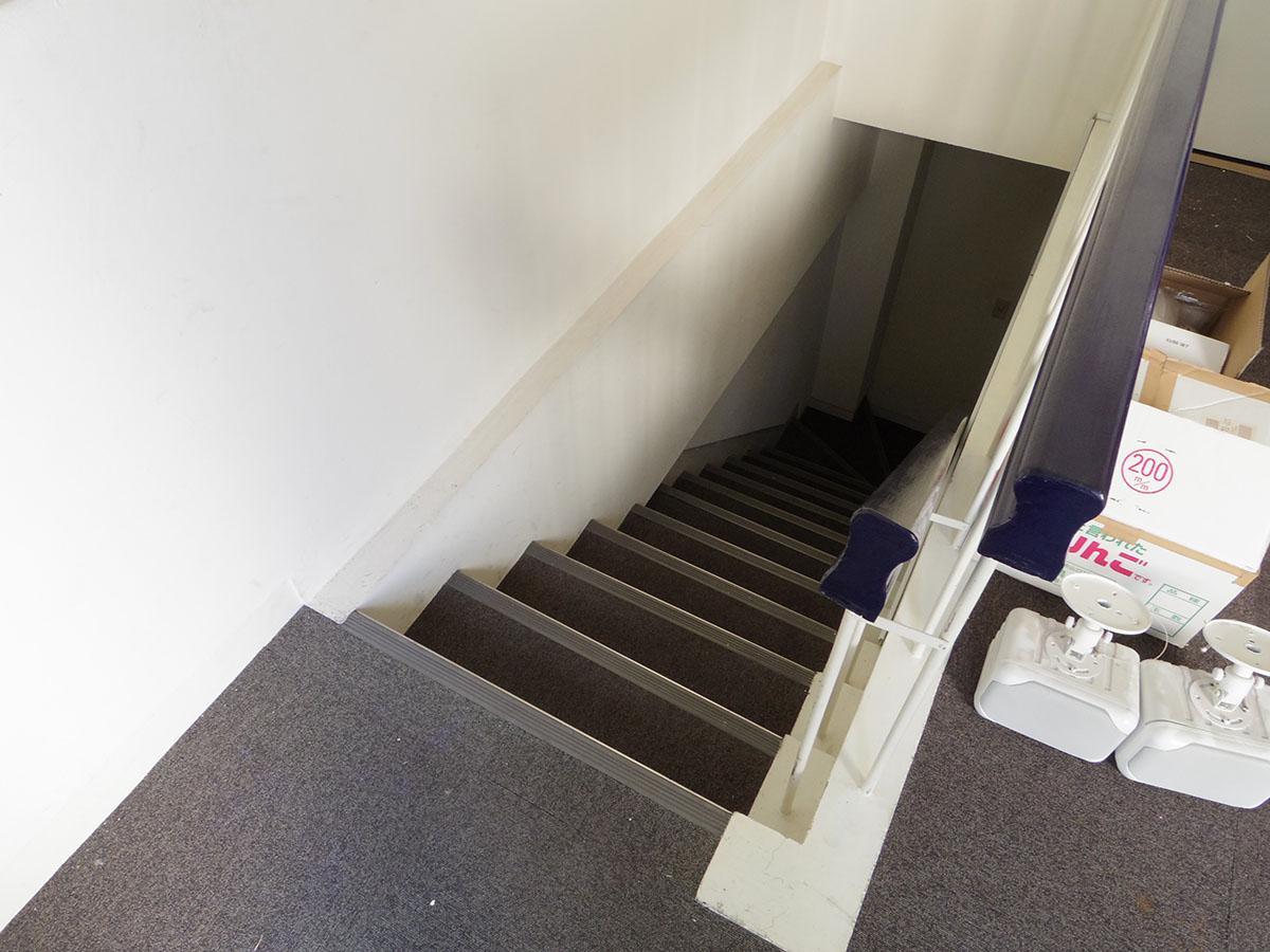 階段は幅が狭めです