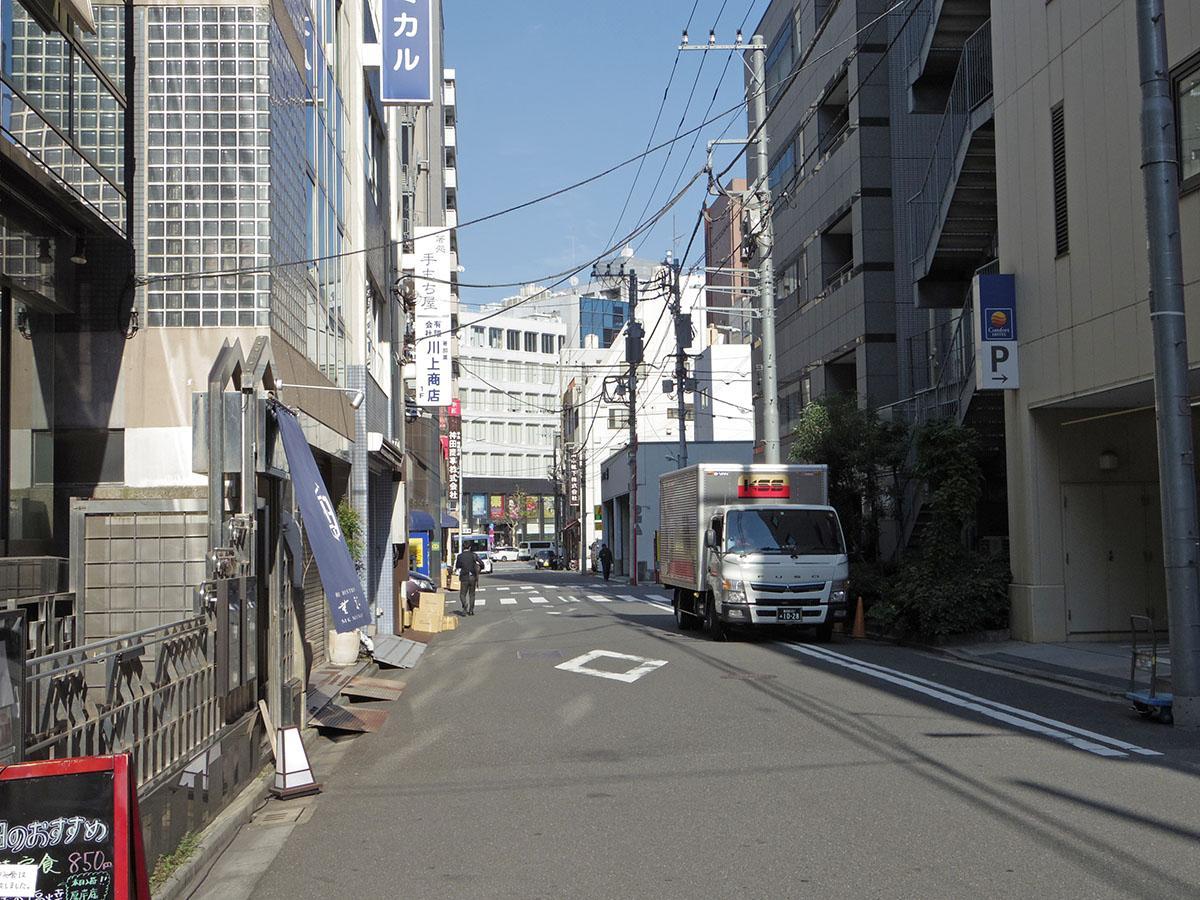 建物前面道路。すぐそばには靖国通り