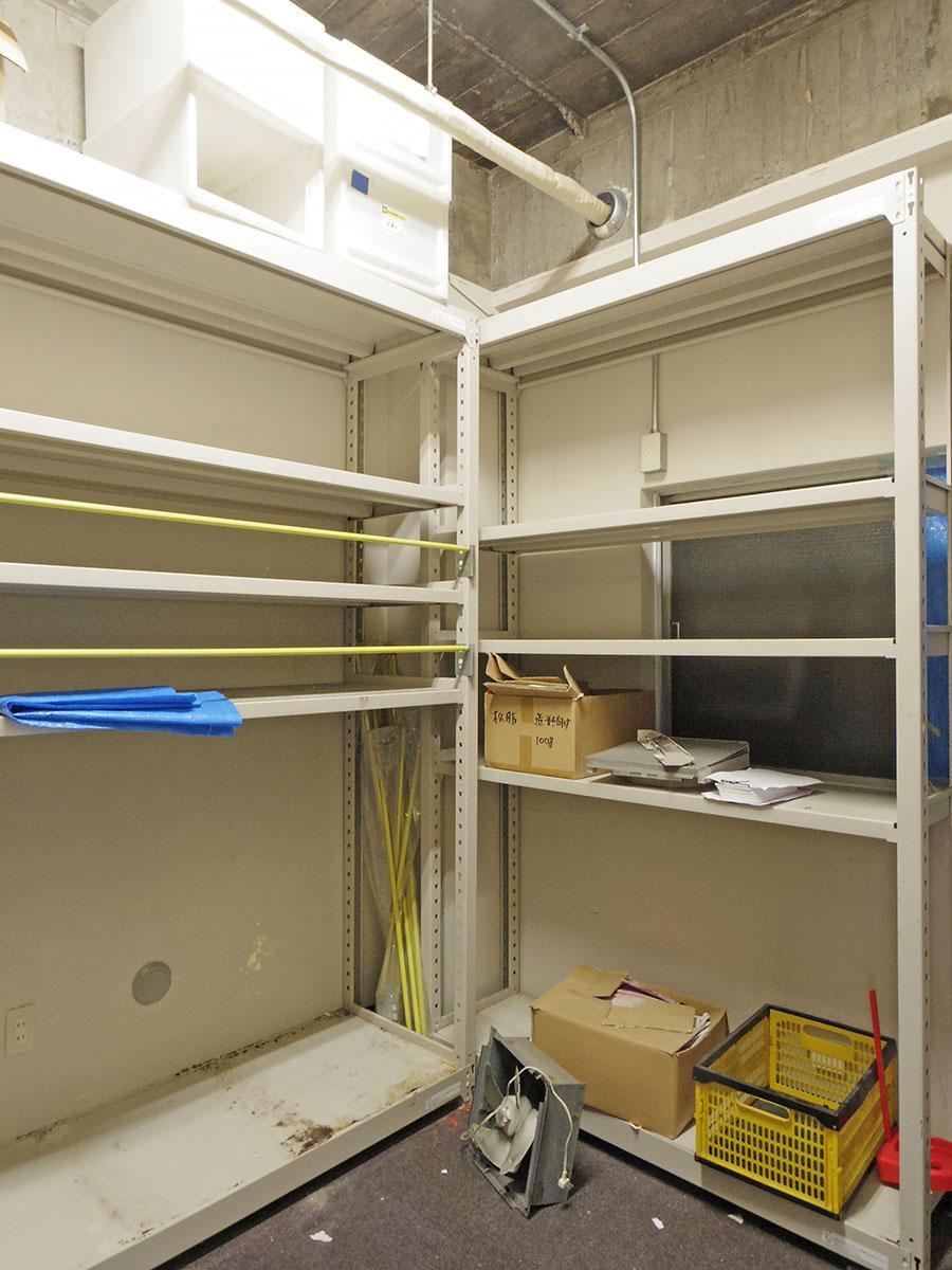 1階奥の倉庫スペース。ここは天井がつくられておらず、天井高3.2mと高め