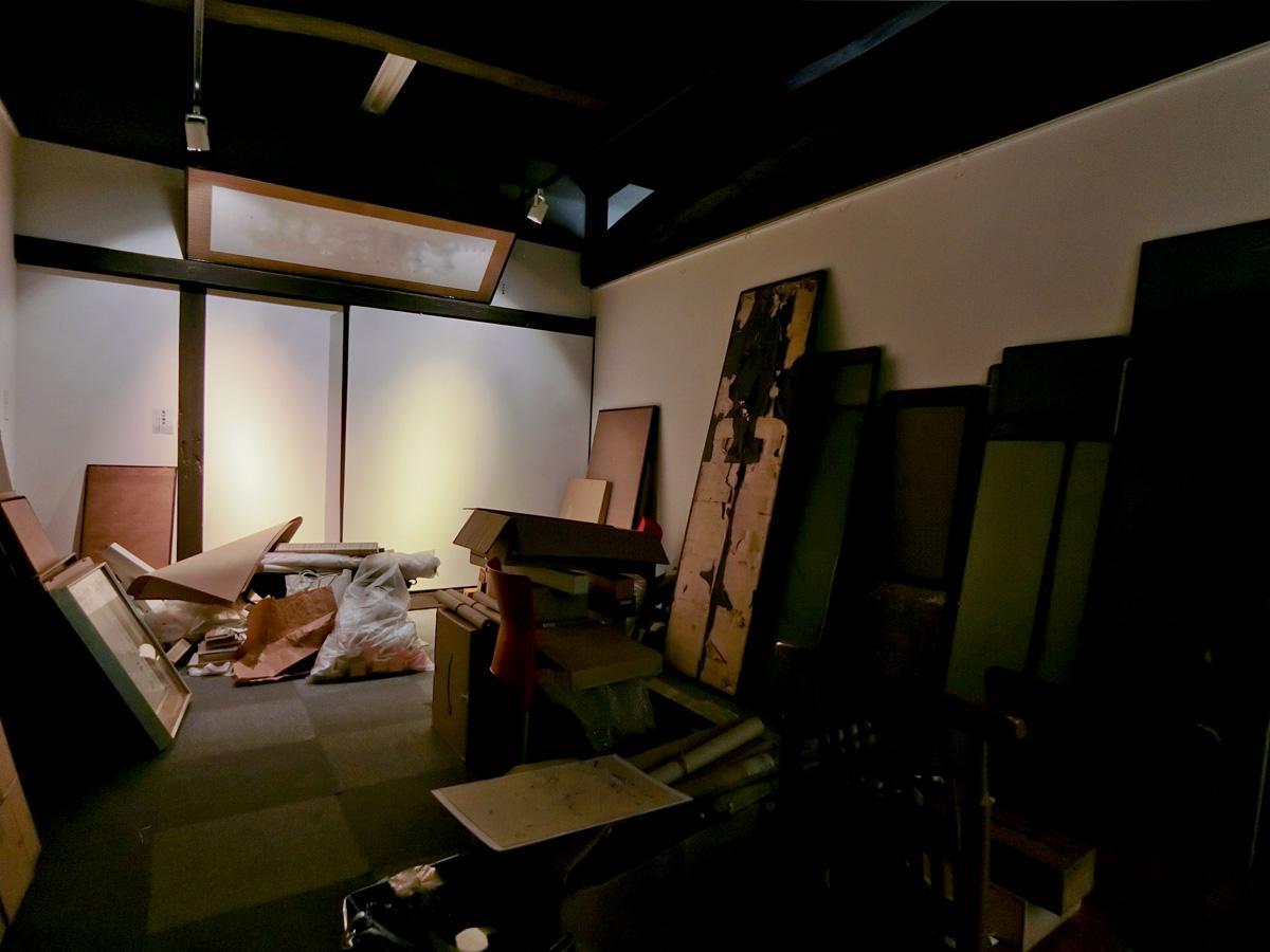 1階:以前は馬小屋だった場所。現在は古美術ギャラリーとして使われています