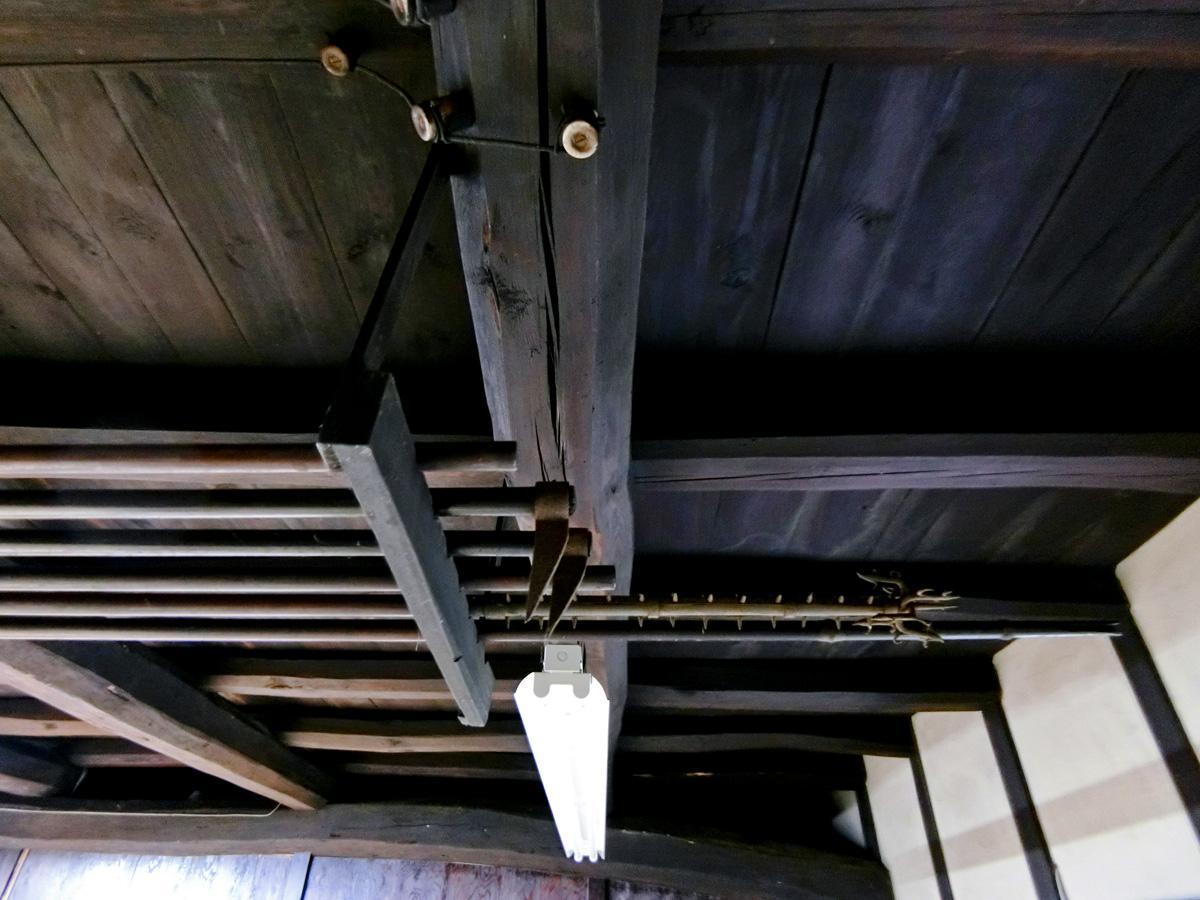 1階:当時からの農具が吊られています