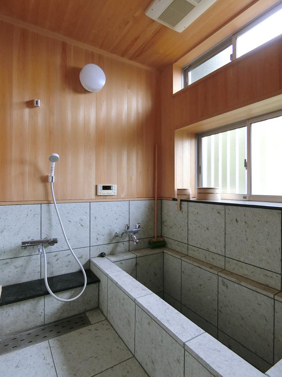 1階:ヒノキと石の風呂。これが気持ちいいんだとか