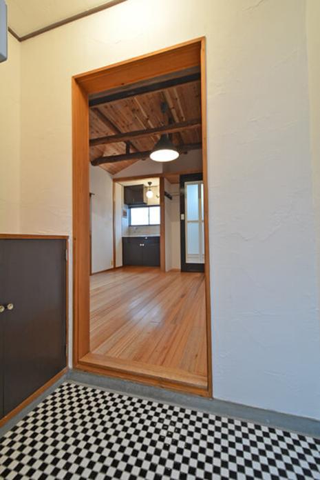 玄関の床は市松模様に貼ったタイルです。