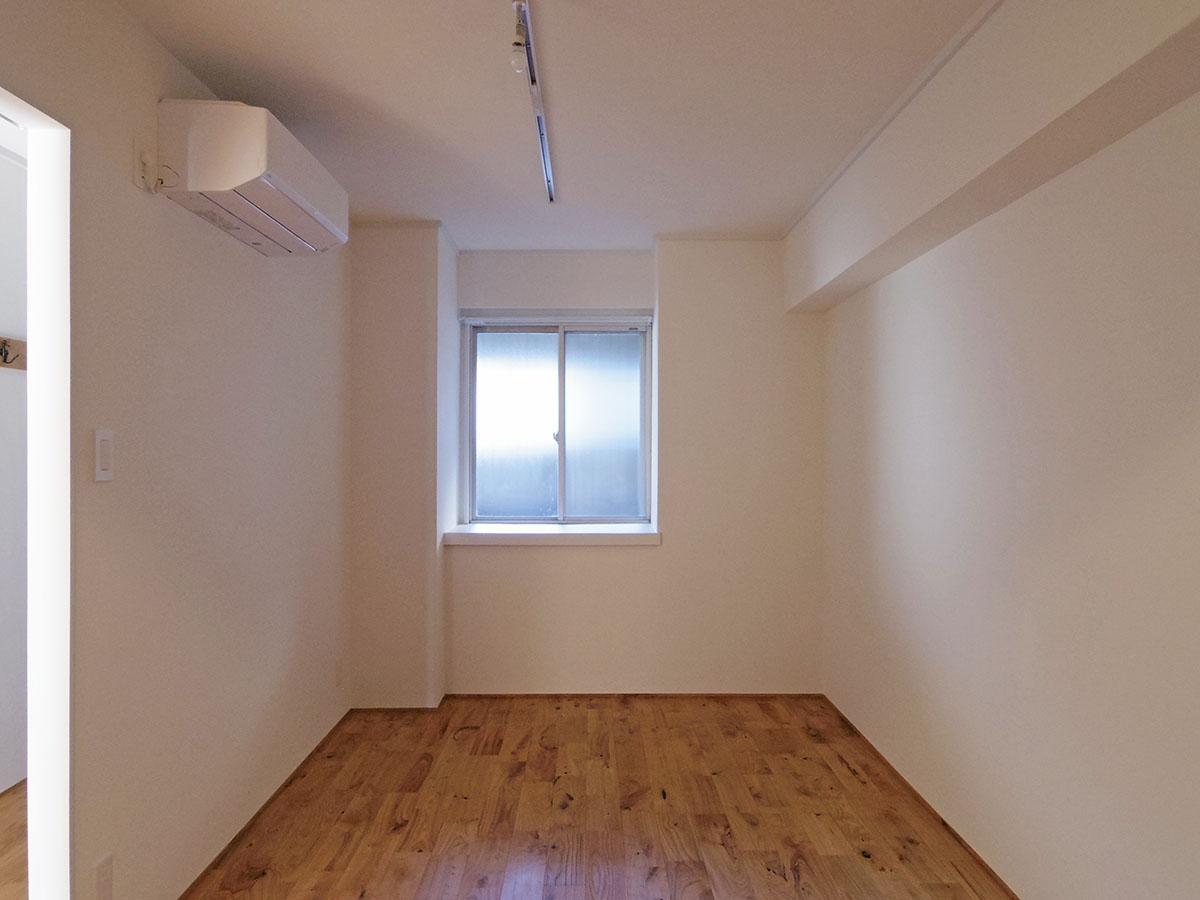 洋室。ベッドを置いても少しゆとりがありそうな広さです