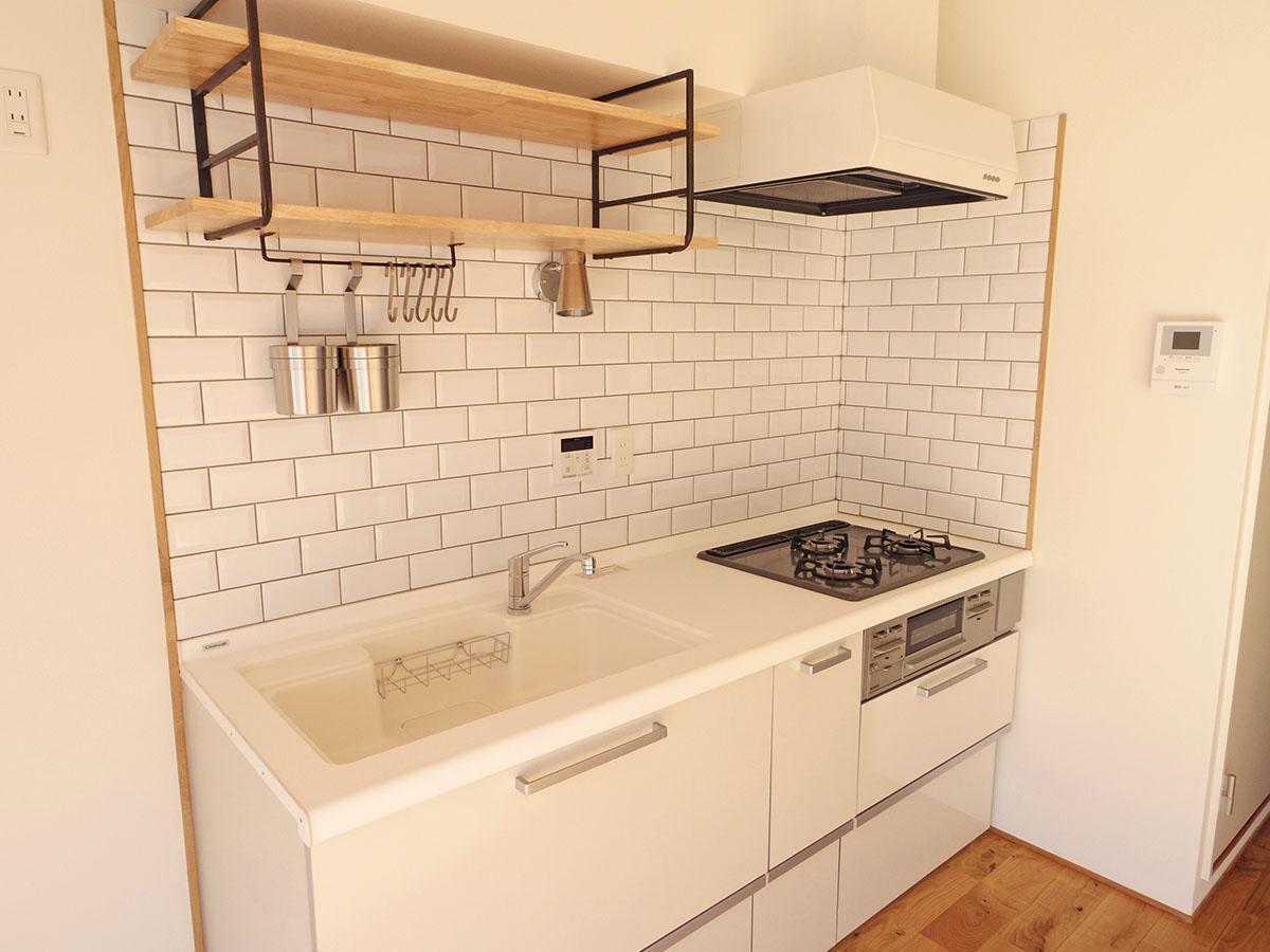 作業がはかどりそうなキッチン。3口ガスコンロにグリル付きです