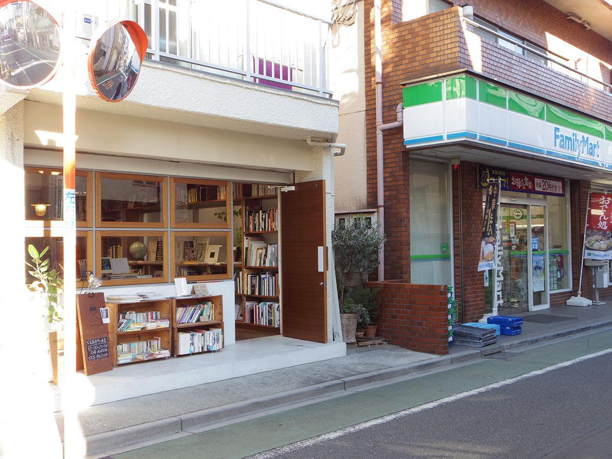 1階には素敵な写真集を中心にセレクトした本屋「book obscura」があり、コーヒーも楽しめます