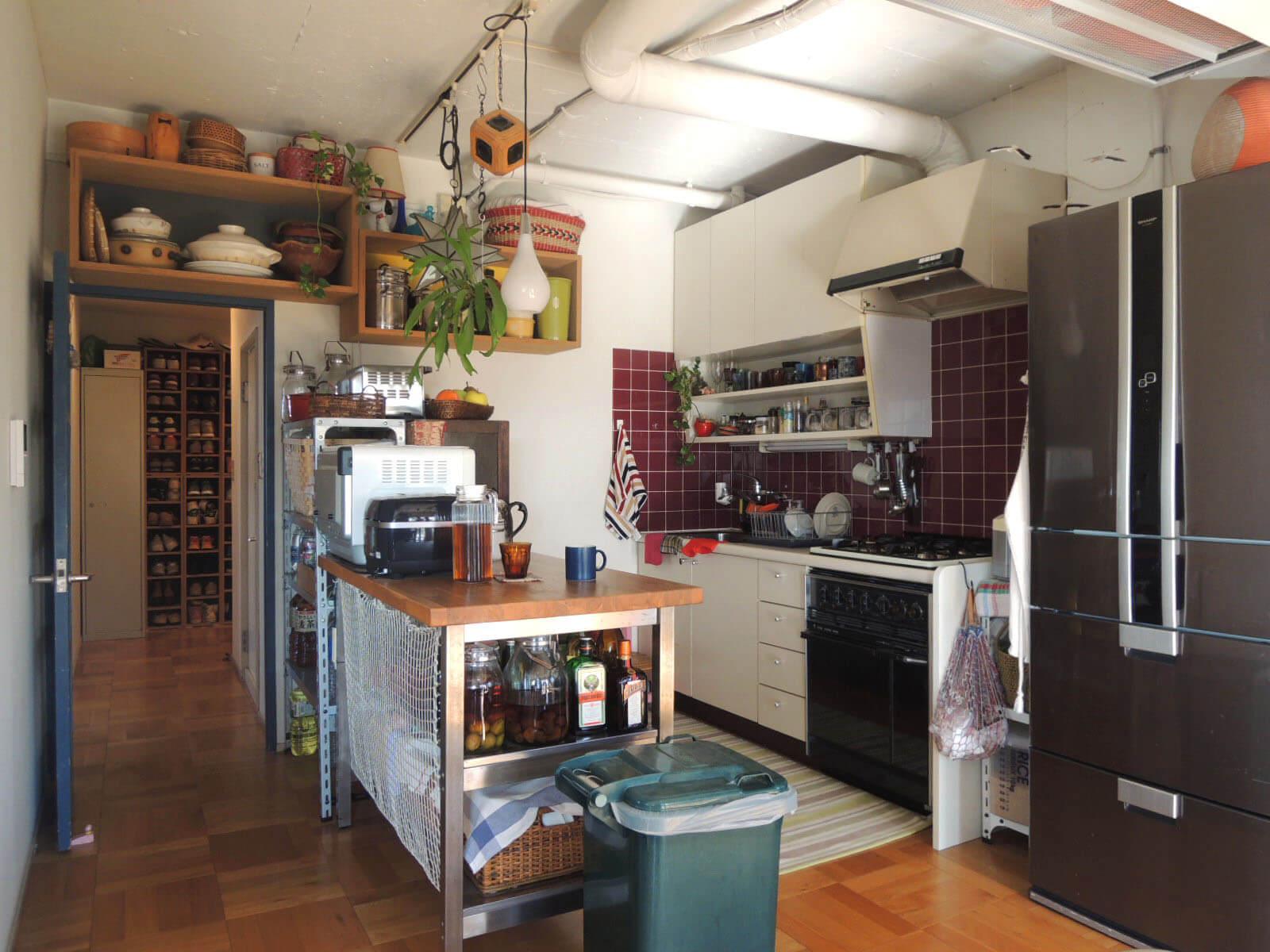 持込家具でかわいらしく整理されたレトロキッチン