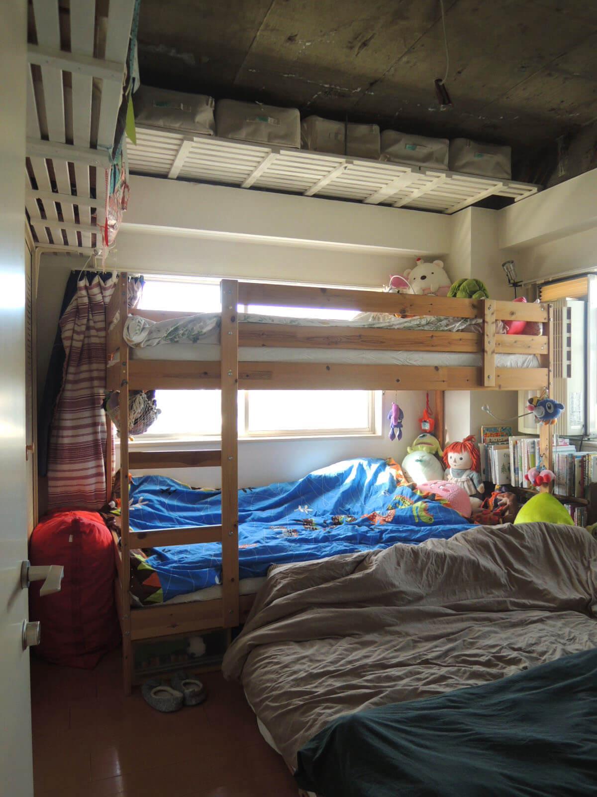 玄関側の洋室 いまは家族みんなの寝床に