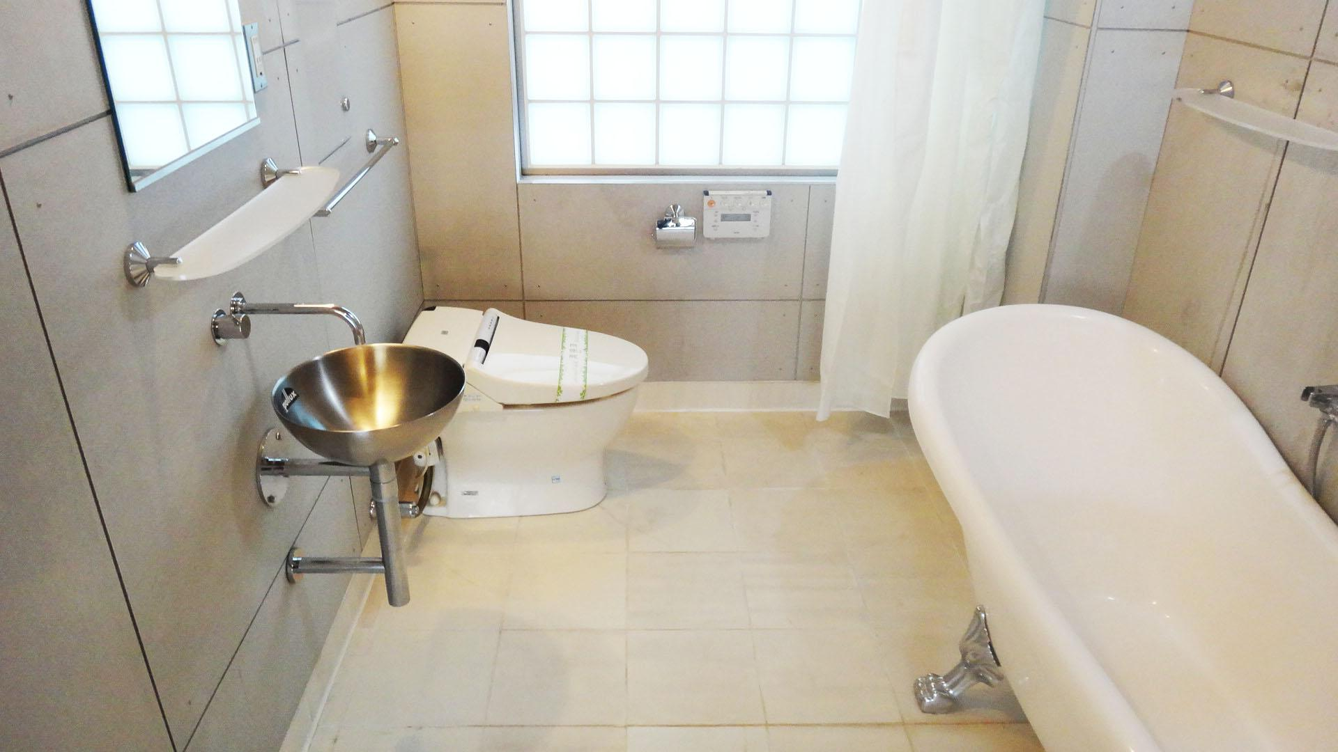 洗面器、トイレは浴槽と同じ空間です
