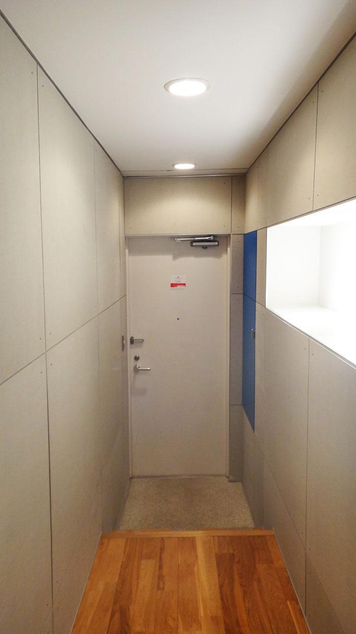 スタイリッシュな玄関。棚の部分が間接照明になっています