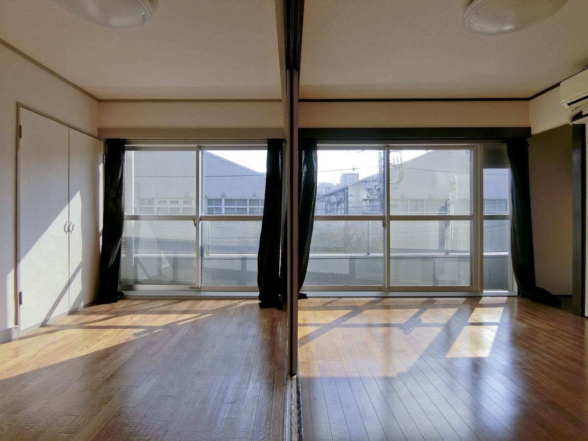 窓が通常の物件よりもやや広く、向かいの建物と距離もあり開放的です