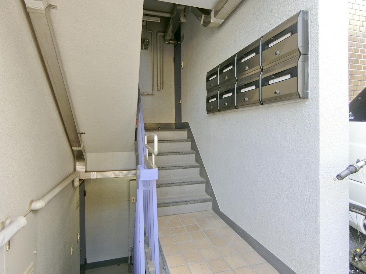 建物の入り口。階段を上がってすぐ右の扉が今回の部屋です