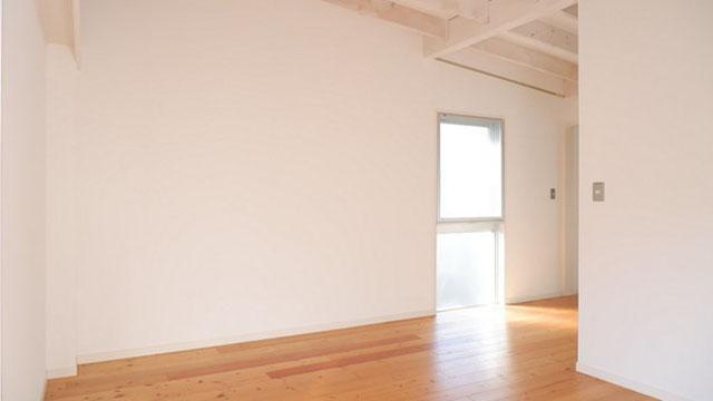 白い壁・天井と無垢材で整えられた空間に光が差し込んできます