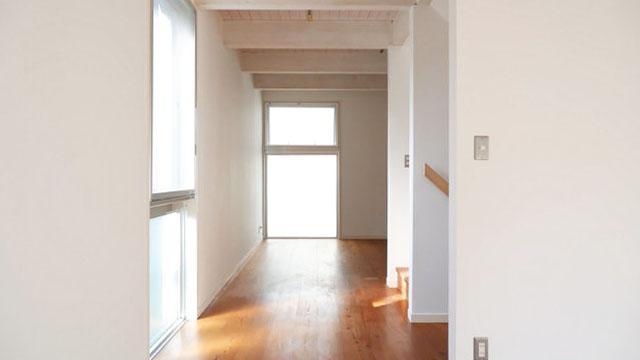 階段室の左右が部屋。扉はなく、ゆるく区切られています