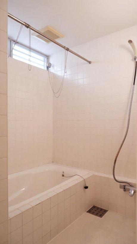 浴室はタイル張り、ハイサイドの窓が良い