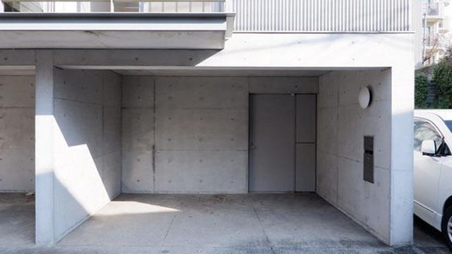 玄関手前に駐車スペース