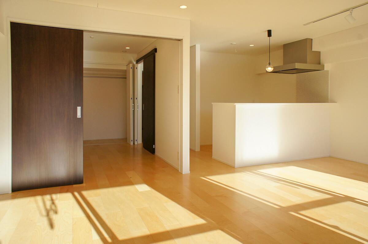 リビングと引き戸で仕切れる、6.3畳の洋室がある