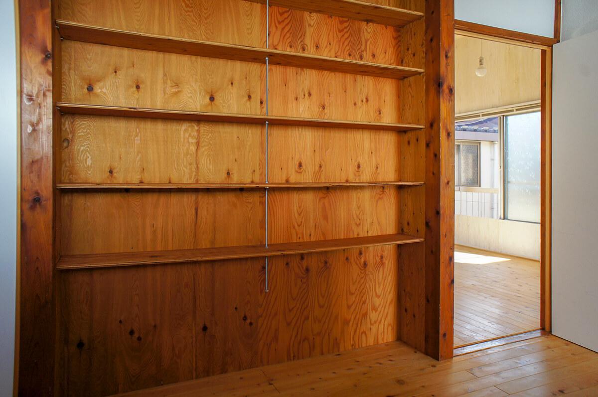キッチン横には大きめ棚。食器やキッチン周りのものを収納