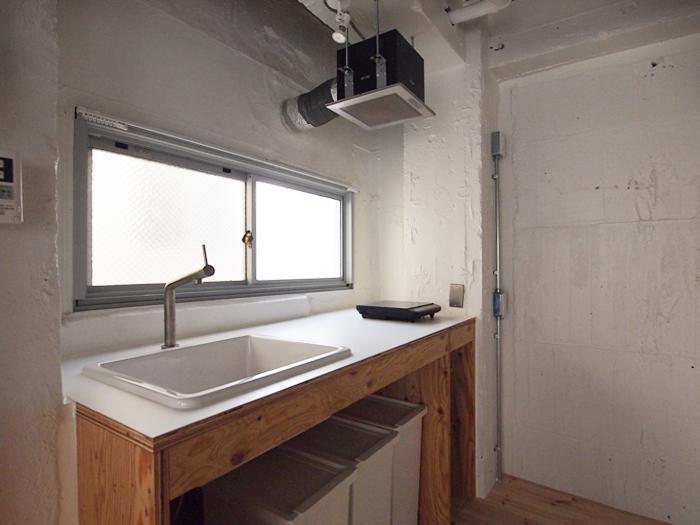 キッチン台は造作のもの。コンロは置き型のIHが用意されている(301号室)