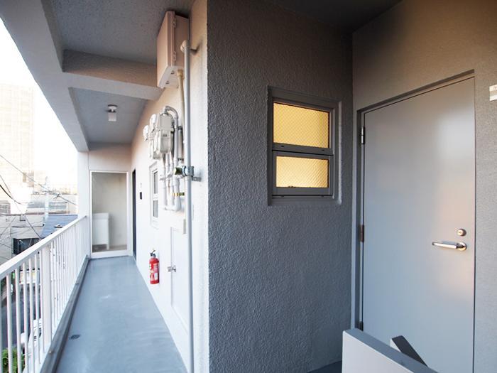 右手の扉が301号室、奥に302号室