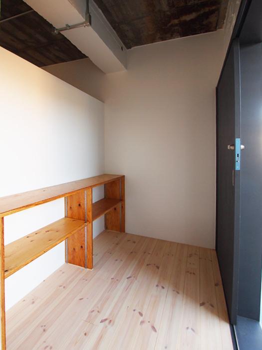玄関入ると靴など置けそうな棚(302号室)