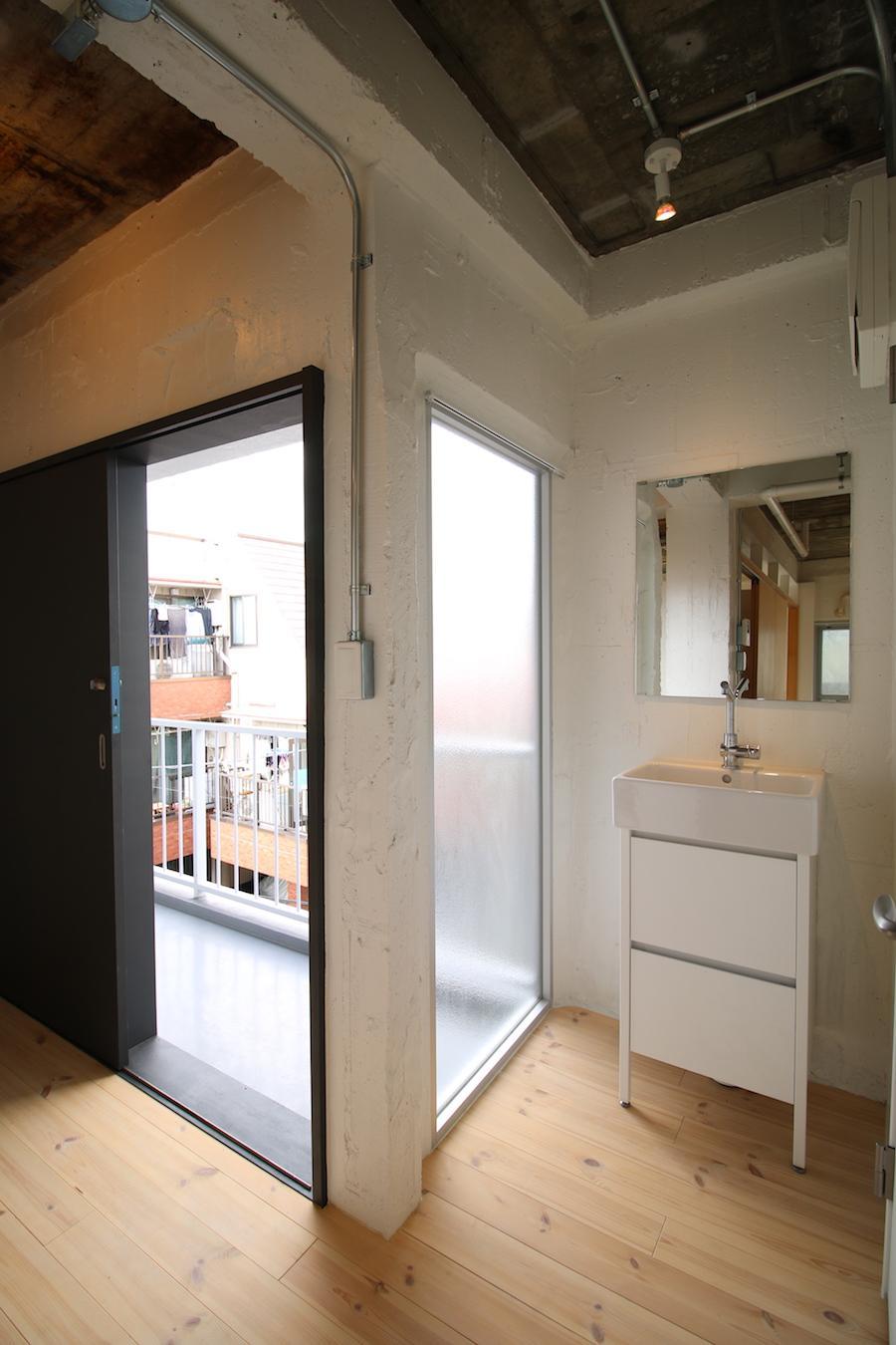 洗面の脇が大きな窓になっているのが斬新(302号室)