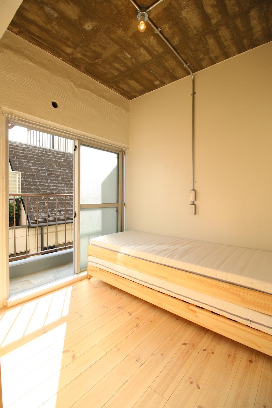 ダブルベッドを置いても、若干の余白が残る広さ(302号室)