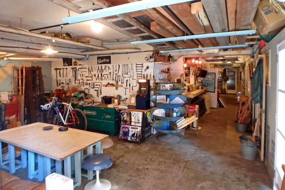 入口側から。左側がラウンジ、正面奥がお店スペース。