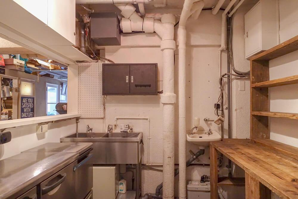 厨房内にはコールドテーブルやシンクが残っています。