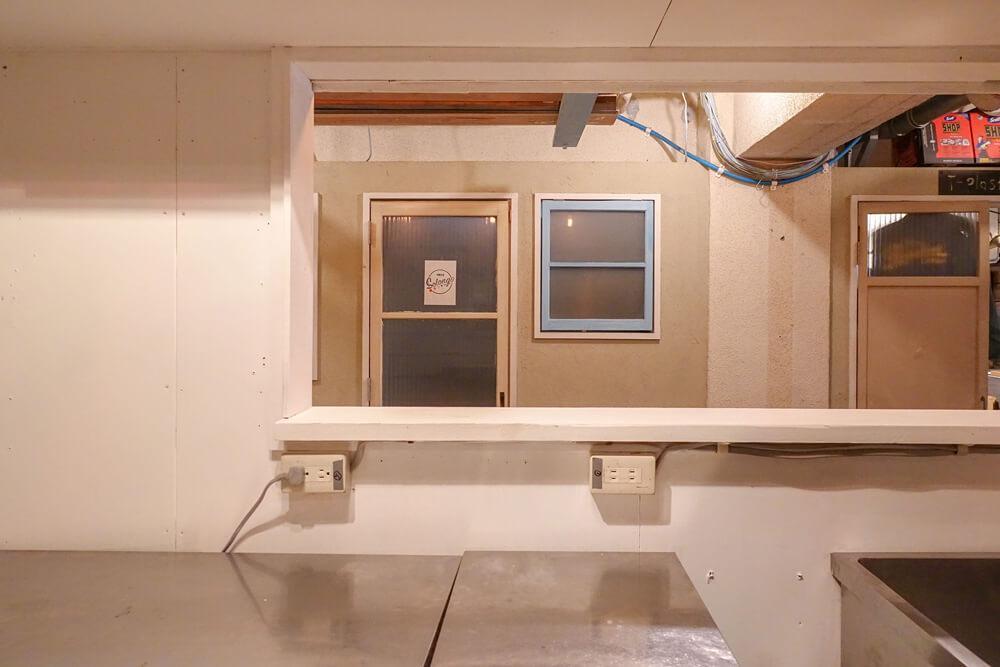 厨房内から見るとこんな感じ。